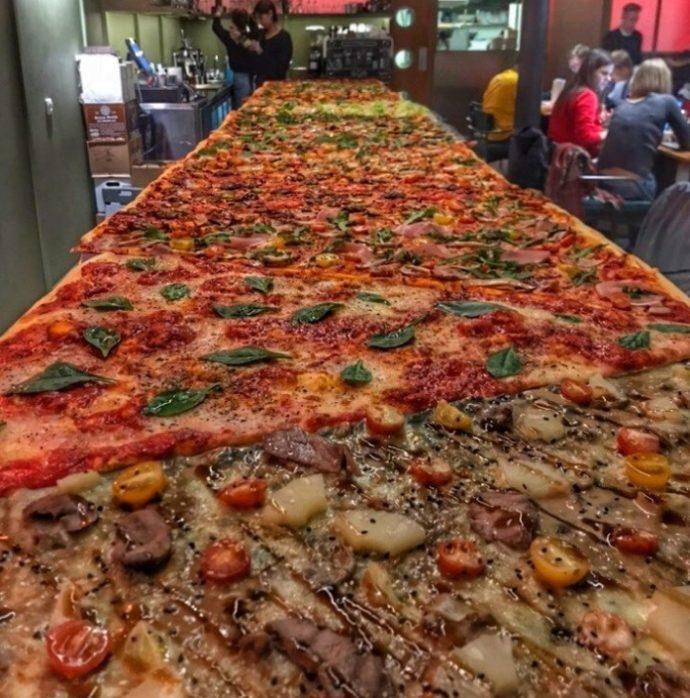 Гигантская прямоугольная пицца
