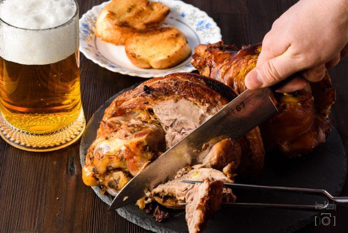 Свиная рулька с пивом и гренками