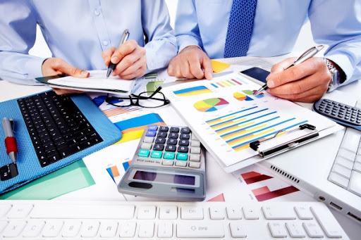 Калькулятор, ноутбук, документы на столе