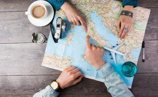 Люди изучают карту