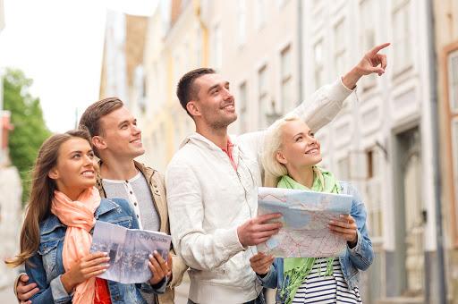 Туристы с картами в руках