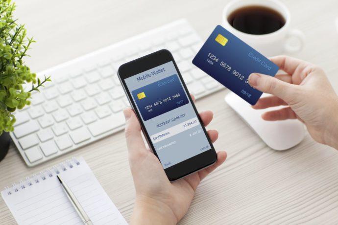 Кредитка и телефон в руках