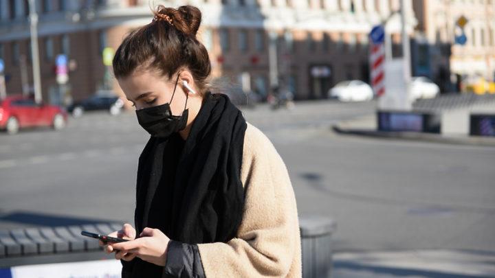 Девушка в маске на улице