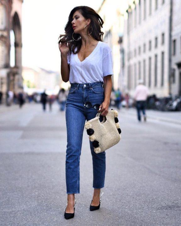Девушка в джинсах и белой футболке