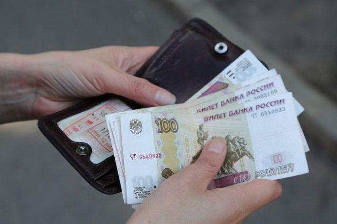 Деньги и кошелек в руках