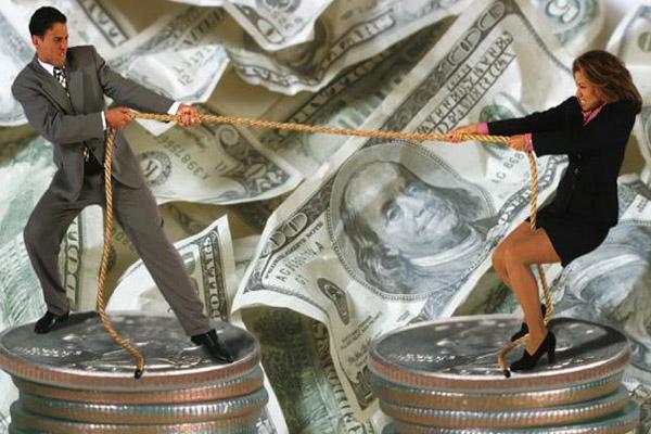 Мужчина и женщина перетягивают канат на деньгах