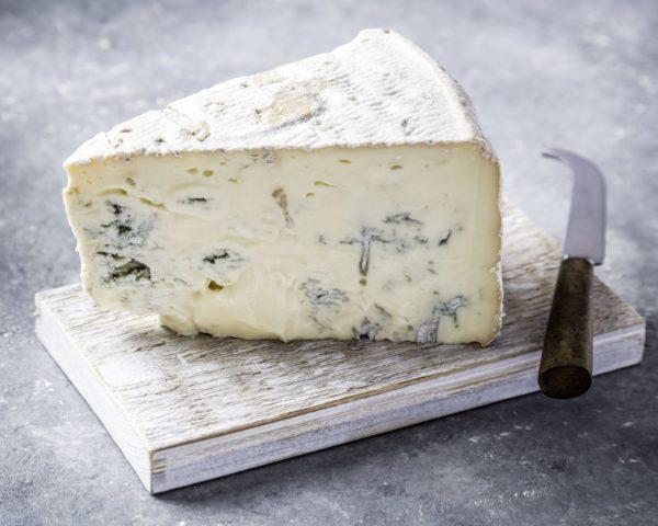 Сыр с благородной голубой плесенью на доске