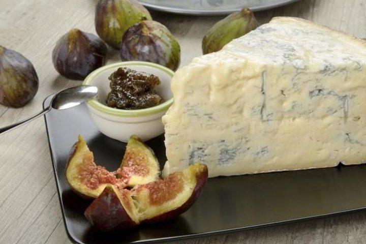 Сыр с благородной голубой плесенью с инжиром