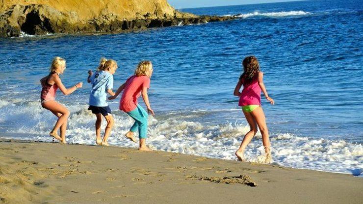 Дети бегают на берегу моря