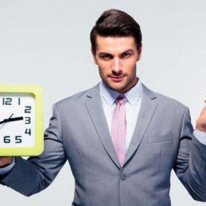 Мужчина с часамив правой руке и купюрами в левой
