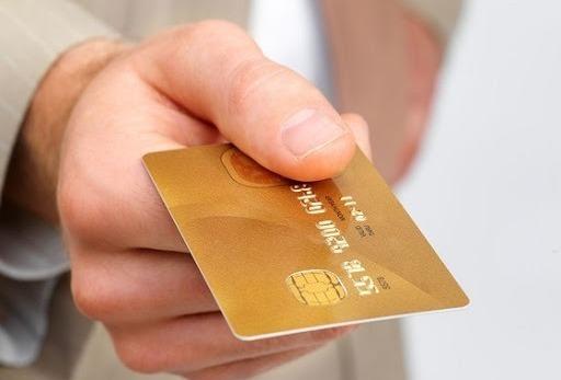 Кредитная карта в руках