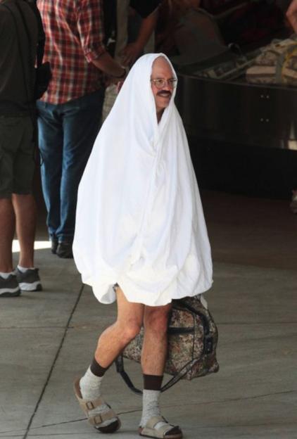 Мужчина в белой простыне