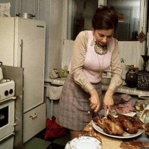 Советская хозяйка разделывает кур