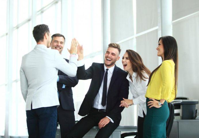 Офисные работники веселятся в перерыв