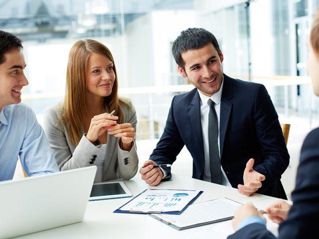 Офисные сотрудники обсуждают какой-то вопрос