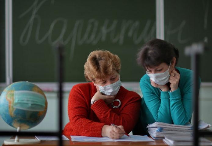 Учителя в масках