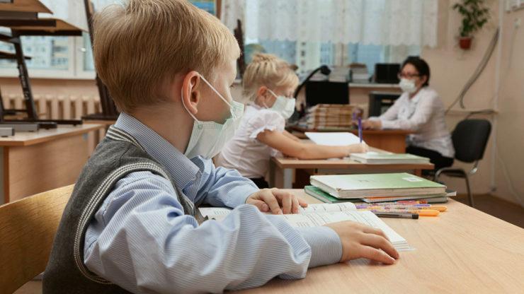 Дети в масках на обучении
