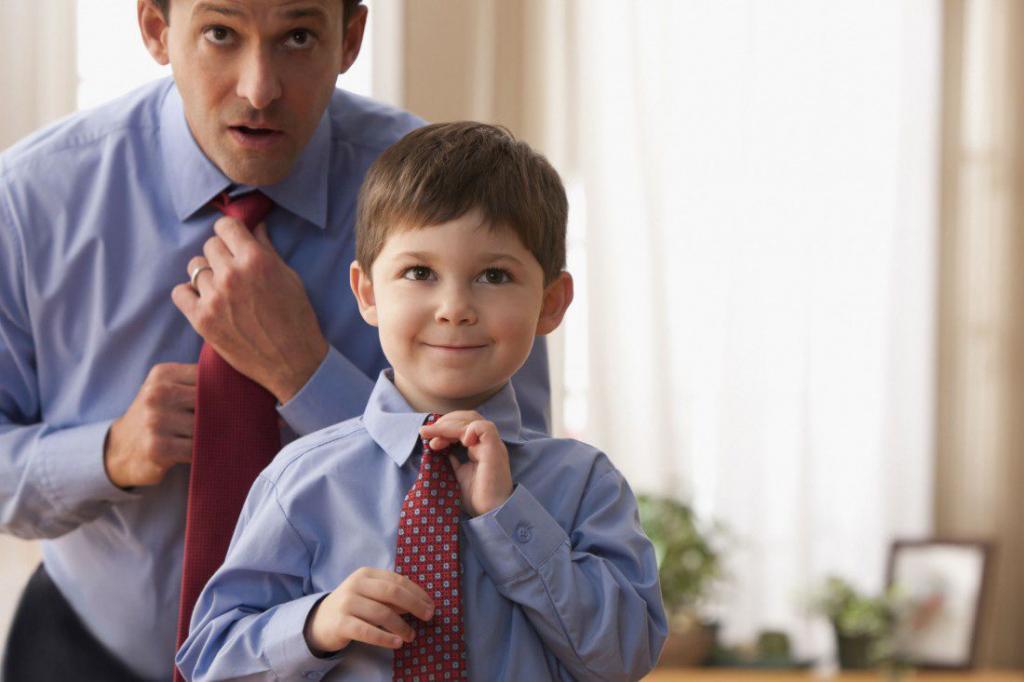 Папа и сын завязывают галстуки