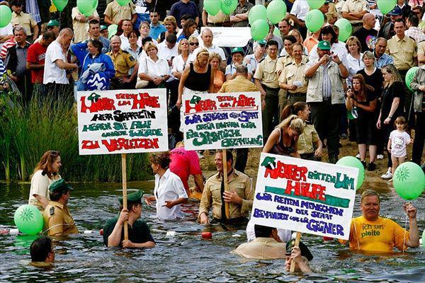 Люди бастую в воде