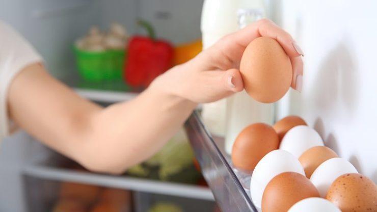 Яйца на дверце холодильника
