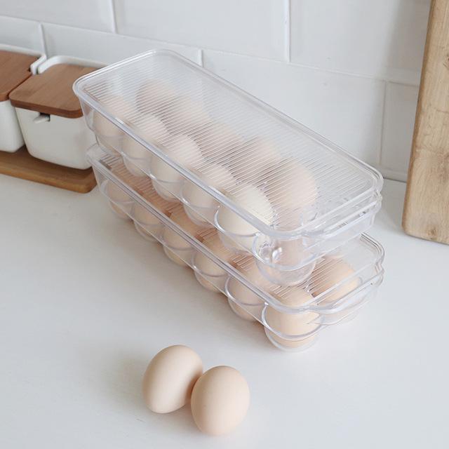 Яйца в пластиковом контейнере и возле него
