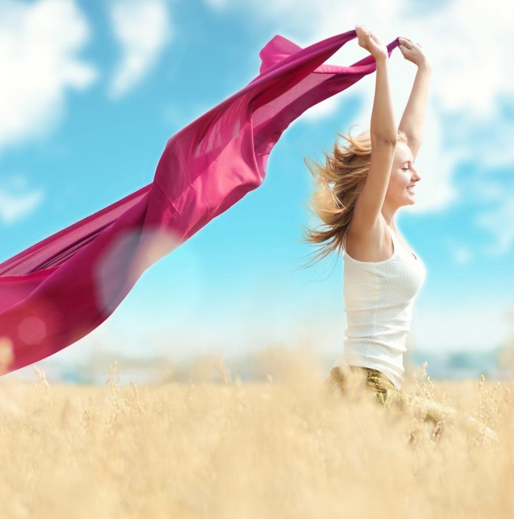 Девушка в поле с ярким платком