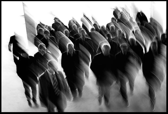 Смазанная толпа людей