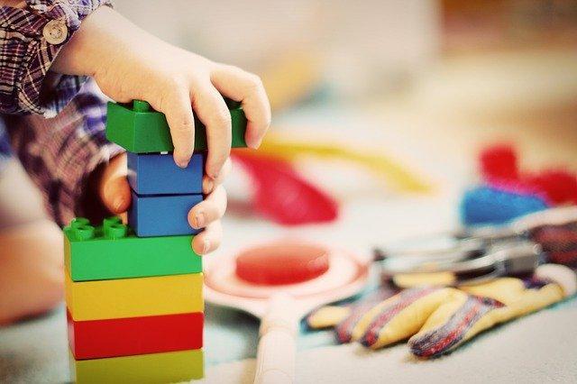 Детские руки на кубиках конструктора