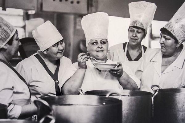 Советские повара пробуют новое блюдо
