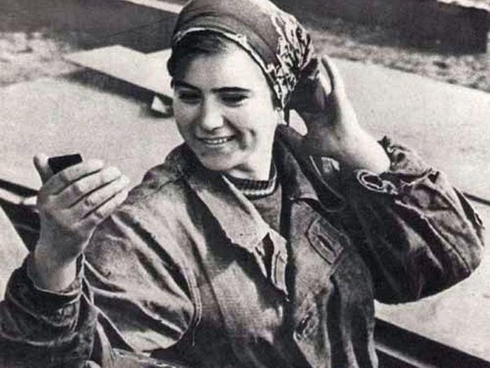 Советская работница любуется в зеркальце