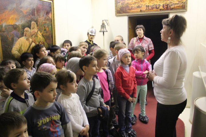 Дети слушают экскурсовода в музее