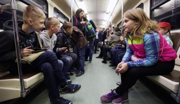 Школьники в метро