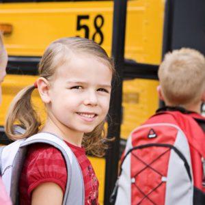 Школьница с рюкзаком
