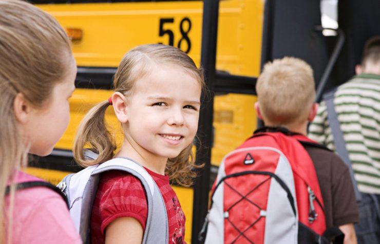 Дети в очереди в автобус