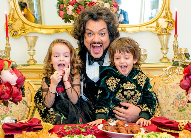 Кикркоров с сыном и дочерью