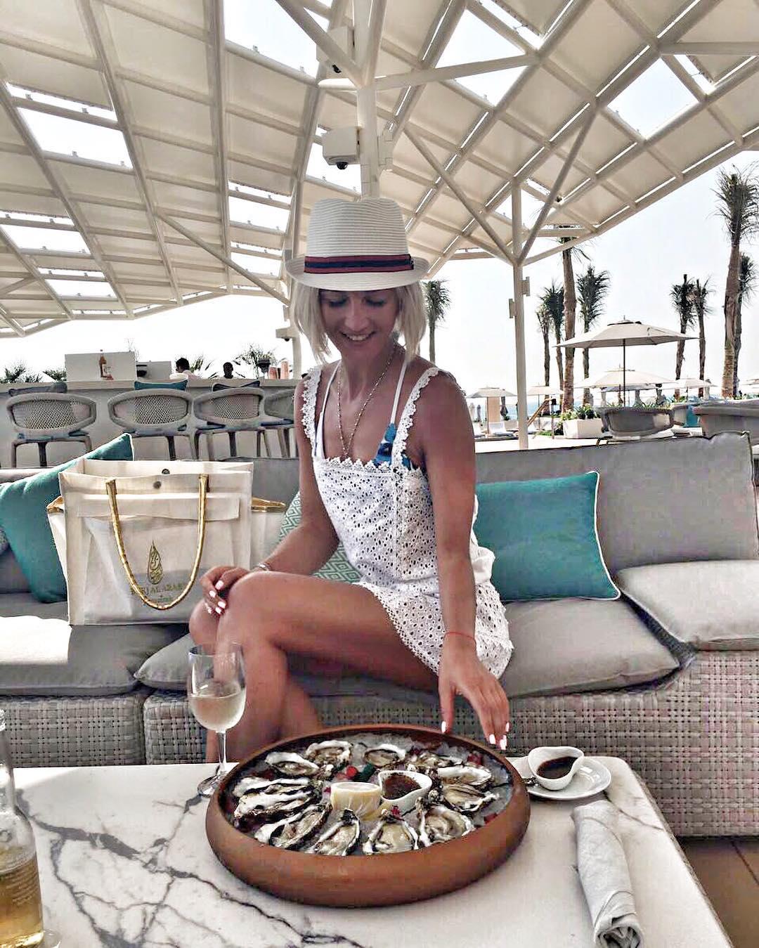 Ольга Бузова на отдыхе ест устрицы и пьет вино