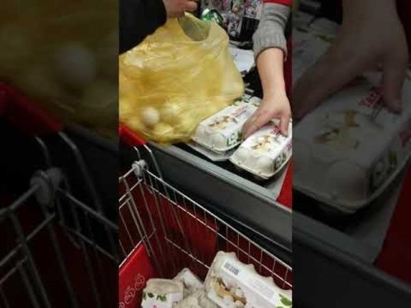 Яйца в супермаркете