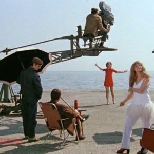 Кустинская в костюме со страусиными перьями на фоне Селезневой на съемках фильма
