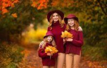 Мама и дочери в осеннем парке