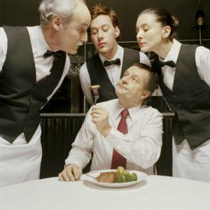 Жадный мужчина в ресторане