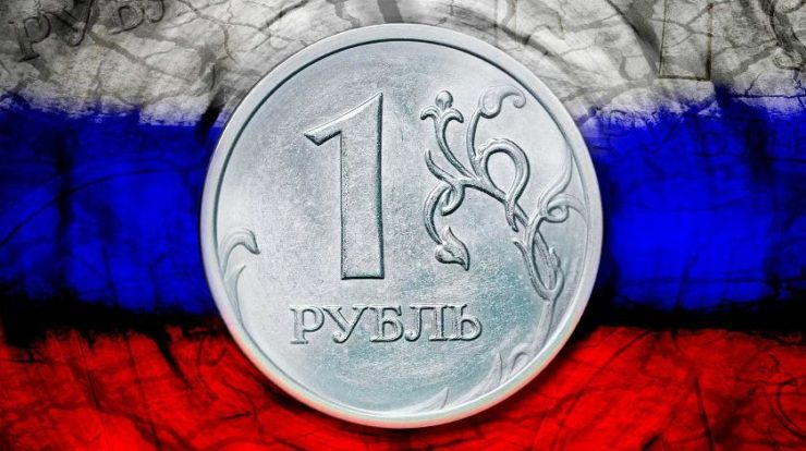 Рубль на фоне российского флага