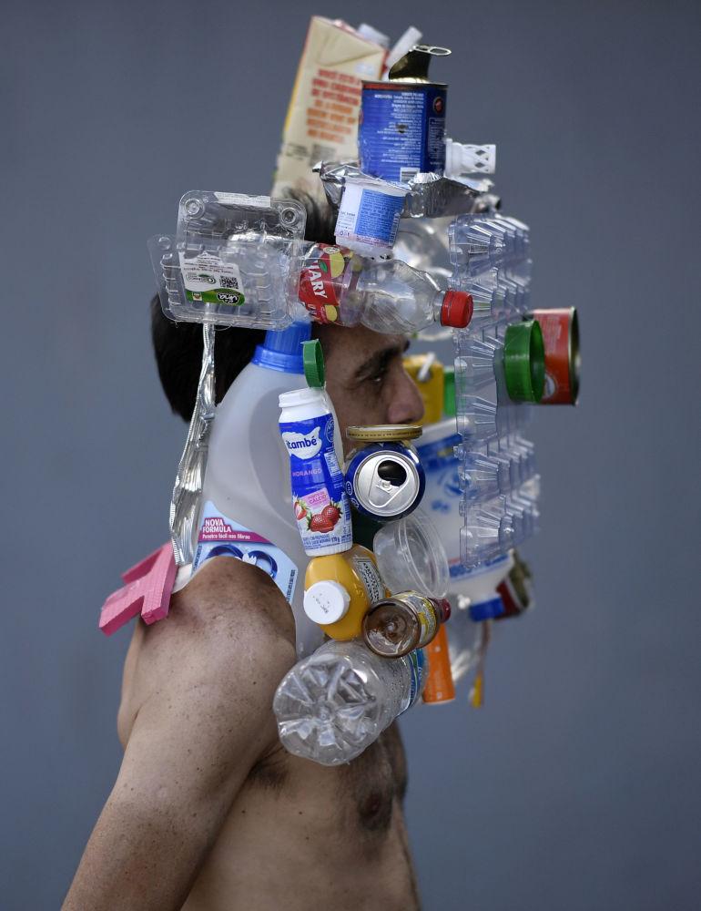 Инсталляция из пластиковых бутылок и жестяных банок на лице