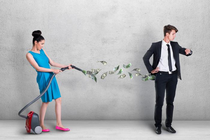 Женщина высасывает пылесосом деньги у мужчины