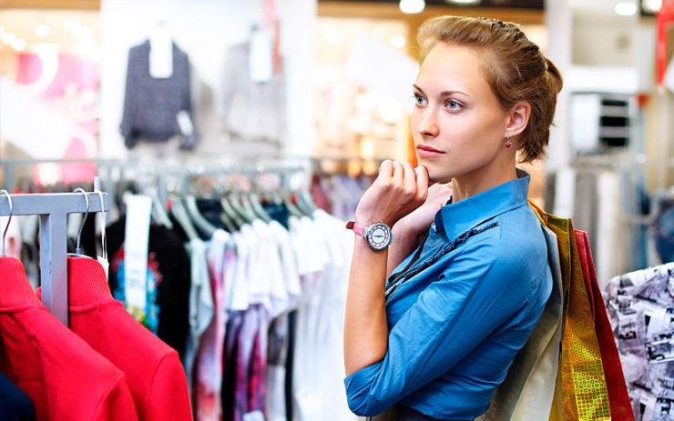 Девушка раздумывает в магазине