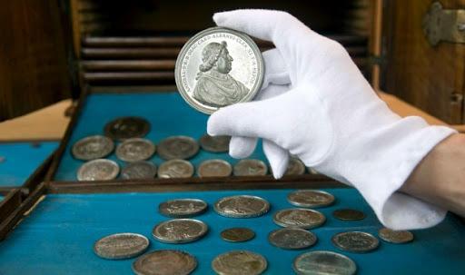 Старинная монета в руке