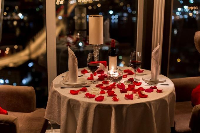 Накрытый для романтического ужина столик