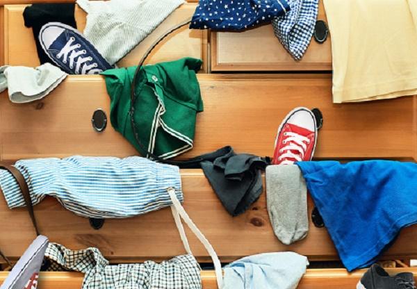 Неопрятно сложенные вещи и обувь