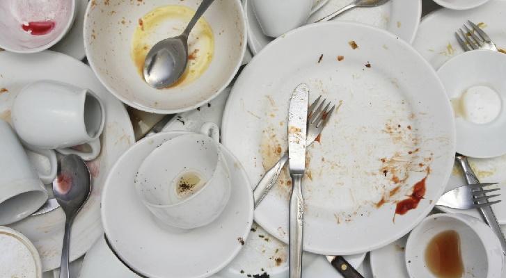Грязная посуда, чашки и столовые приборы.