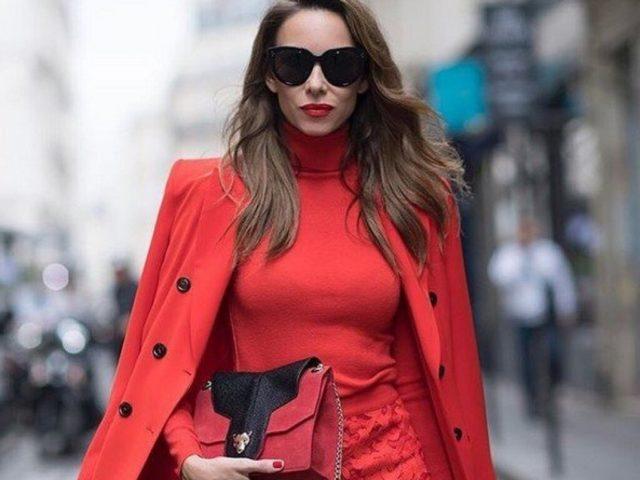 Эффектная женщина в красном