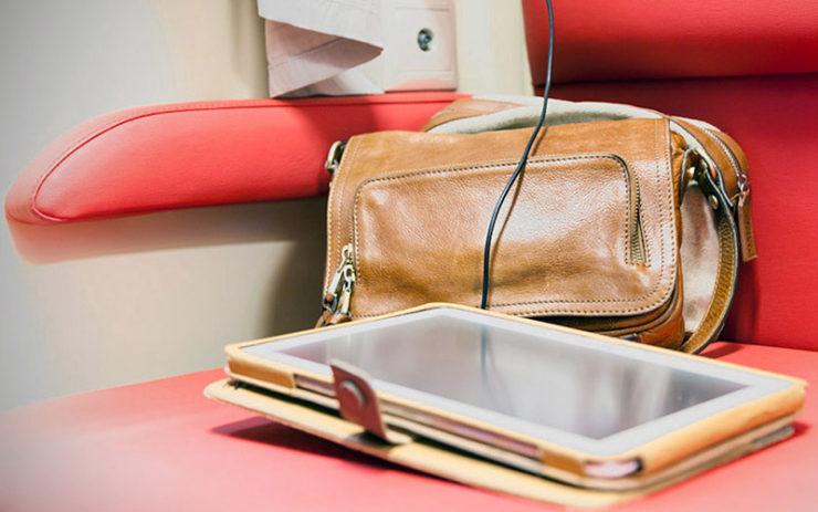 Сумка и планшет на сидении